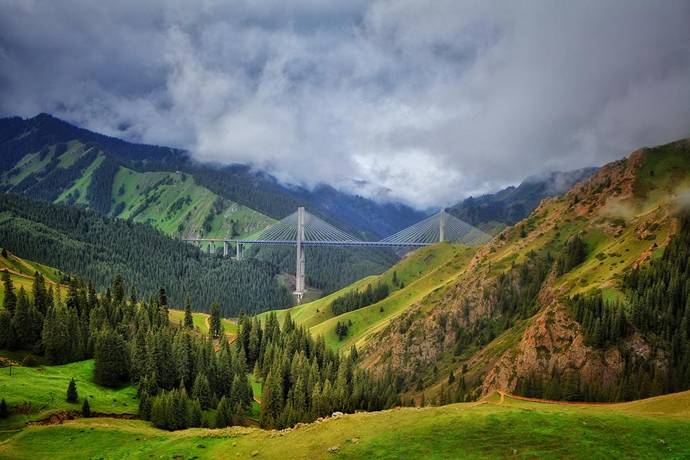 """果子沟因山沟内遍布野生苹果而得名,风光素以险峻著称,被视为新疆的名胜之地,素有伊犁""""第一景""""之美称。乘车沿公路贯通的沟谷前行,两侧险峻巍峨的雪峰尽显""""千里冰封""""的惊险雄奇,幽谷山林中的高山飞瀑在墨绿的背景下凝白如练,行至山中,果木成林,芳草馥郁,一日之内有历经四季之感。   薰衣草基地介绍:伊犁河谷的农四师65团场被国家命名为""""中国薰衣草之乡"""",1964年,国家轻工业部同时在新疆伊犁、河南豫县、云南昆明和陕西西安引种了北京植物园"""