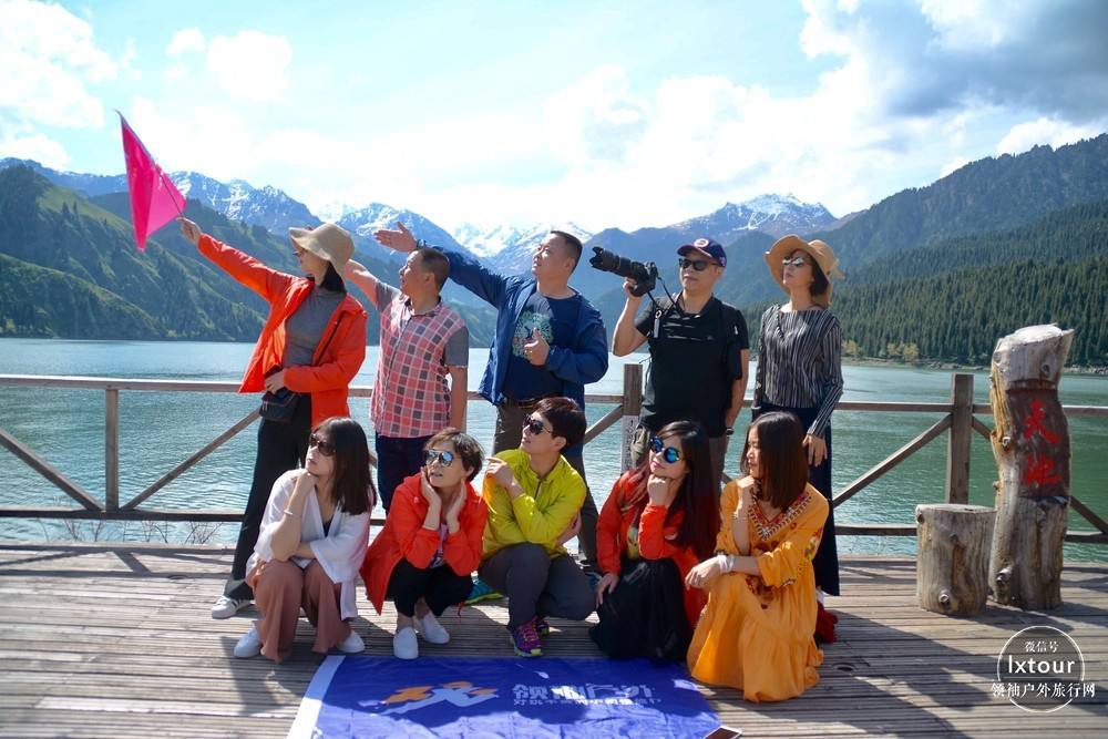 """天山天池古称""""瑶池"""",地处新疆维吾尔自治区昌吉回族自治州阜康市境内,博格达峰北坡山腰,是以高山湖泊为中心的自然风景区,距乌鲁木齐市97公里。景区规划面积548平方公里,分8大景区,15个景群,38个景点,是我国西北干旱地区典型的山岳型自然景观。   湖滨云杉环绕,雪峰辉映,非常壮观,为著名避暑和旅游地。天池成因有古冰蚀-终碛堰塞湖和山崩、滑坡堰塞湖两说。天山天池,雪峰倒映,云杉环拥,碧水似镜,风光如画。"""